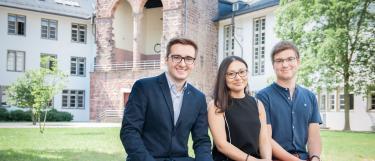 Stipendiaten des Deutschlandstipendiums im Innenhof der Neuen Universität