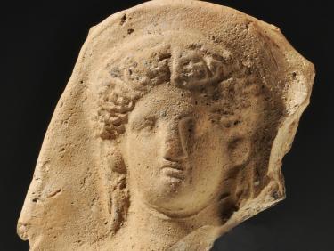 Kopf von der Terrakottastatuette einer weiblichen Gottheit
