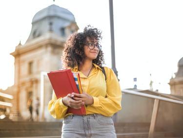 Studierende Treppe Unterlagen gelbes Hemd