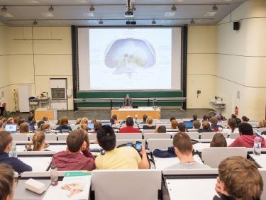 Medizinstudierende in einer Vorlesung im Hörsaal