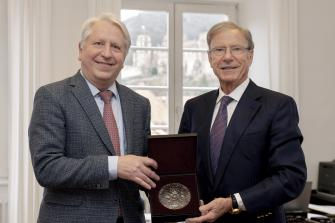 In February, the Rector presented a medal bearing the University's Great Seal in recognition of Hans-Peter Wild's exemplary support for Ruperto Carola